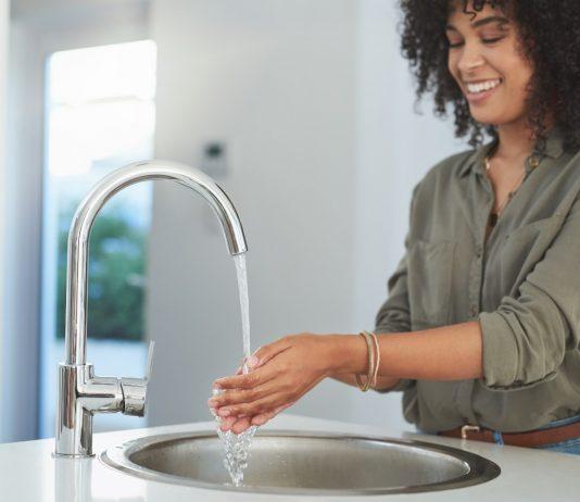 água quente na pia